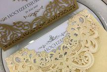"""Maryna Katsarova HOCHZEITSKARTEN als """"Unikat"""" / Liebevoll und professionell erstellen wir extra für Sie in hochwertiger Handwerkskunst als """"Unikat"""" Ihr individuelles Karten Design schnell und preisgünstig in Klassisch, Rustikal oder Vintage Stil, in den Farben weiß - silber bis schwarz - gold, mit Strasssteinen, Perlen und Schleifen. Ihre Maryna Katsarova - Weddingplanerin mit Herz Dipl. Grafik-Designerin (FH), Kunstmalerin, Fotografin, Dekorateurin und Hochzeitsfloristin"""