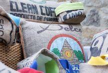 Coussins et accessoires en jute de LILOKAWA, Nantes. / Les créations d'Olivier Vaudour redonnent une deuxième vie aux sacs de café. Une matière première cousue main dans des ateliers de réinsertion de la région de Nantes. Les sacs sont recyclés à 100% : les chutes de jute, matière végétale et biodégradable, sont utilisées en paillage pour les sols des espaces verts locaux.