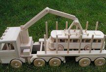 Holz-Transporter Spielzeug LKW 60 cm / Als Holz-Transport LKW für den harten Einsatz im Kinderzimmer-Forst Die Zugmaschine mit Rungenaufbau ist mit einem drehbaren Kran mit Greifer ausgestattet.