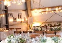 Świece na stole / Romantyczna kolacja przy świecach, spotkanie w rodzinnym gronie, urodziny lub spotkanie towarzyskie... Biesiadowanie przy stole nie może obyć się bez zapalonych świec.  W tej tablicy znajdziesz inspiracje jak ozdobić nimi stół i przy ich pomocy wykreować wyjątkową atmosferę
