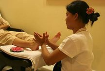 REFLEXNÍ MASÁŽ CHODIDEL / Na chodidlech se vyskytuje mnoho reflexních bodů a jejich tlaková stimulace uvolňuje energetické dráhy (meridiány), které propojují chodidla se všemi tělesnými orgány lidského těla. Tato masáž oživuje a znovu navrací energii jednotlivým partiím, snižuje stres a přináší hloubkovou relaxaci. Je také důležitá pro správné držení těla při chůzi což napomáhá předcházení problémy se zády a krční páteří.   Více info: http://www.impresio.eu/zazitek/reflexni-masaz-chodidel