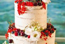 Tartas de boda / Diseñamos y creamos todo tipo de tartas decoradas y dulces personalizados para cualquier tipo de evento especial, cómo tu boda. La tarta nupcial, se puede adaptar tanto a vuestro estilo, cómo a cualquier necesidad específica (diabéticos, veganos, intolerancias, alergias). Además, si así lo deseáis, también podréis disfrutar de una mesa dulce con un sinfín de opciones: - Cupcakes y galletas personalizadas - Macarons - Trufas - Bombones - Fudges - Merengues - Brownies - Naked cakes - Layer cakes