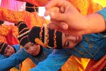 KESENIAN / Tari Ratéb Meuseukat tampil pada acara wisuda Sekolah Tinggi Ilmu Keguruan dan Pendidikan (STKIP) Bina Bangsa Meulaboh (27/5/2013)di Desa Peunaga Cut Ujong, Kecamatan Meurubo Kabupaten Aceh Barat,Aceh-Indonesia.Tarian tersebut merupakan salah satu tarian aceh,nama Ratéb Meuseukat berasal dari bahasa arab yaitu ratéb asal kata ratib artinya ibadat dan meuseukat asal kata sakat yang berarti diam.tarian ini beranggotakan 15 sampai 20 orang yang di lakoni oleh kaum hawa:photo by ariffahmi