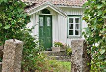 Vitt hus gröna fönster