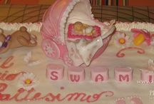 Torta per battesimo con carrozzina e orsetto con crema alla vaniglia e cioccolato con fragole