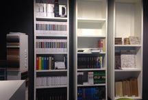 Ontwerpstudio met materialenbibliotheek / In onze architectenstudio bieden wij (interieur)architecten de mogelijkheid om kosteloos gebruik te maken van al onze faciliteiten om met behulp van al onze materialen uw ontwerp te realiseren. Dit onder het genot van een luxe kop koffie. U bent van harte welkom!