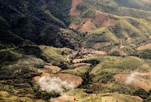 Barn i verdens mest bombede land / I 2014 overtager SOS Børnebyerne Danmark driftsansvaret for fire SOS-børnebyer i Laos med tilhørende skoler, børnehaver og ungdomshuse. Laos er et af de fattigste lande i Sydøstasien. Mere end hver tredje af landets indbyggere lever for under 7 kroner om dagen, og 11 procent af landets børn mellem 5-14 år må arbejde for at overleve. Derudover er Laos indehaver af den tragiske rekord som værende det mest bombede land i verdenshistorien.