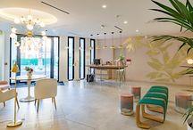 Hotel Syracuse / En respectant le thème « Palm Springs »  qui associe avec élégance le style contemporain de sa nouvelle  extension à celui du premier bâtiment datant des années 70, nous avons créé, fabriqué et agencé le mobilier d'intérieur et du rooftop afin qu'il puisse s'accorder à l'atmosphère relaxant et raffiné de l'établissement.