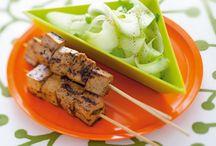 Tanto gusto in un cubetto / Che siano vegetariani, di pesce, di carne o di frutta, è sempre divertente presentare gli spiedini in una cena tra amici oppure in un ricco buffet!