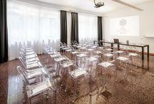 """Sala Congressi """"Vasari"""" / Il centro congressi Da Vinci gode di un'ubicazione ideale per lo svolgimento di qualsiasi tipo di evento Ideale per convegni ad elevata densità numerica, può ospitare Congressi , Seminari, Meeting, Sfilate di moda, Showcase di automobili, presentazioni di prodotti, serate di Gala, Matrimoni, banchetti, premiazioni, conferenze stampa, esposizioni e celebrazioni di ogni genere.  Sala Congressi """"Vasari"""" : 42 mq; 7x6x3,40;Luce naturale"""