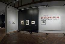 Henri Cartier-Bresson. La mirada del siglo XX / Retrospectiva del artista Henri Cartier-Bresson tras su muerta en 2004, con el objetivo de ampliar el enfoque que se ha dado a su obra. A través de casi 400 obras que incluyen fotografías, pinturas, dibujos y películas se expusieron 3 de los principales momentos dentro de la vida del artista. Más información: http://museopalaciodebellasartes.gob.mx/exposicion/cartier-bresson/exposicion.php