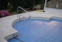 Margelle de piscine galbée pierre reconstituée / Margelles de piscine galbées de 33 cm en pierre reconstituée de Bourgogne, aspect dalle ancienne (pierre naturelle taillée).