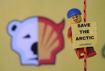 Lego, Shell'in yok ettiklerini yeniden inşa edebilir misin? / Lego, ortak promosyon kampanyasının bir parçası olarak, özel bir oyuncak serisinde Shell'in logosunu kullandı. Shell, kendi logosunu milyonlarca çocuğun eline yerleştirerek gelecek nesilde marka sadakati yaratıyor. Kurumsal imajını düzeltmek için çocukların oyun odalarını işgal etmeye başlayan Shell, bir yandan da Kuzey Kutbu'nu ölümcül petrol sızıntılarıyla tehdit ediyor. Bunu, Shell'in yanına bırakamayız. / by Greenpeace Türkiye