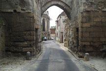 Porte de Nointel / La porte Nointel, la dernière porte de l'enceinte du bourg de Clermont, est la seule à présenter encore des élévations significatives. Elle se situe à l'angle de la rue du Donjon et de la rue de la Porte Nointel qui longe le mur gouttereau nord de l'église Saint Samson.  Pour en savoir plus : http://bit.ly/12X0ECX