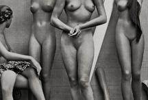 tableau femme et mannequins fenetre