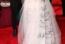 La moda y la música. / Son los Grammy's La alfombra más divertida. Son cantantes, hacen shows y los vestidos y los vestuarios son una maravilla.