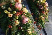 Kompozycje na groby bliskich... Florystyka ofiarna / W jesiennej zadumie... Nasza propozycja na wspomnienia... ofiarną florystykę w dniu Wszystkich Świętych. W Kwiaciarni Zielona Gęś przygotowujemy dekoracje pod konkretne zamówienia,na wymiar, dobrane kolorystycznie... ale przede wszystkim  z DUSZĄ.