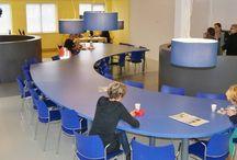 Van der Doelen Architectuur 12 / nieuwe inrichting docentenkamer. Open ruimte met verschillende functies aangeduid met vorm en kleur.