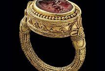 Joias da Antiguidade / Como toda história as joias passaram foi uma evolução, desde criação como concepção e escolha por materiais e pedras.