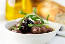 Рецепты блюд с оливками / Фундаментальная средиземноморская интуиция, база, на которой строятся лучшие кухни Старого Света, источник великого масла и пикантная деталь в коктейле с мартини. Оливки - воплощение простоты и богатства одновременно: и сами по себе, и как часть рецептов.