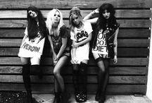 Back To 90's / Poderemos ver em 2014 a volta do estilo Grunge dos anos 90 toda a estética rock,o street style com força total. Retire sua camisa xadrez do guarda-roupa,limpe seu coturno Dr. Martens, e ouça o cd do Nirvana pois os anos 90 voltaram .