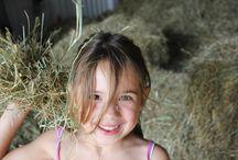 BELEEF   Puur natuur / Verstoppertje op de hooizolder, maar ook de boer helpen! De kinderen worden boeren-knechten op een kampeerboerderij. Halen ze hun boerendiploma? Logeren met het hele gezin in een comfortabele, volledig uitgeruste safaritent.   De accommodaties zijn kleinschalig, gezellig en bieden rust en ruimte. Ook buiten de boerderij beleven de kinderen plattelandsavonturen, van salamanders vangen tot hutten bouwen! Kijk voor meer informatie op: www.pharosreizen.nl/gezinnen/boerderijvakanties/