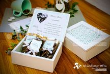 Ażurowa szkatułka z podziękowaniami z dowolnym nadrukiem / Drewniana szkatułka z egzotycznym ażurowym wycięciem, znajdującym się na miętowym tle. Wewnątrz szkatułki znajduje się nadruk podziękowania, oraz aromatyczna kawa i dwie owocowe herbaty. Jest to idealny prezent, jako podziękowania ślubne dla rodziców, chrzestnych, dziadków, czy świadków.  Agencja Reklamy STUDIOGRAFIC ul. Popiełuszki 2 35-328 Rzeszów kom. 880 900 050 Fb: https://www.facebook.com/reklama.studiografic email: biuro@studiografic.pl strona internetowa: http://www.studiografic.pl/