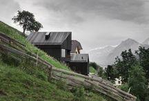 Wohnhaus Pliscia 13 / Pedevilla Architekten / nowoczesna STODOŁA / Ten nietypowy dom leży na stromym wzgórzu, w miasteczku Enneberg, Niemcy, na zdumiewającej wysokości 1200 metrów nad poziomem morza. To zdecydowanie nie jest miejsce dla ludzi o słabych nerwach.