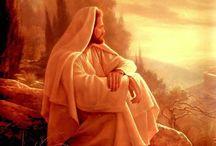 YHVH.  JÉZUS KRISZTUS!  Kovács HENRIK. / Wass Albert: Látható az Isten  Fűben, virágban, dalban, fában, születésben és elmúlásban, mosolyban, könnyben, porban, kincsben, ahol sötét van, ahol fény ég, nincs oly magasság, nincs oly mélység, amiben Ő benne nincsen. Arasznyi életünk alatt nincs egy csalóka pillanat, mikor ne lenne látható az Isten.  De jaj annak, ki meglátásra vak, s szeme elé a fény korlátja nőtt. Az csak olyankor látja őt, mikor leszállni fél az álom:  Ítéletes, Zivataros, villám-világos éjszakákon