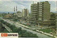 Kayseri Kartpostalları / Mazaca, Kaisareia, Caisareia, Kayseriyye ve bugün Kayseri olarak isimlendirilen Kapadokyanın başşehri olan bu önemli yerleşim yerinin tanıtımı için yapılan kartpostalların fotoğrafları yer almaktadır.
