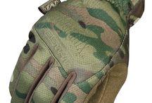 Handschuhe und Schützer / Wir bieten Ihnen Handschuhe für spezielle Einsatzgebiete und Witterungen wie beispielsweise der isolierte, wasserdichte Snugpak Winterhandschuh Geo Thermal mit Fleece Innenfutter oder die flammfesten Einsatzhandschuhe Firestorm und Enforcer Hard Knuckle von WARRIOR aus Nomex und Leder, sowie die Allround-Handschuhe von MECHANIX WEAR mit Lycra Einsätzen zwischen den Fingern für die perfekte Passform und ein enormes Fingerspitzengefühl im Gefecht.
