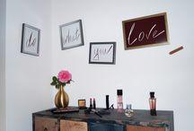 LOVE Bilder-Set / Das exklusive Bilderset LOVE besteht aus vier hochwertigen Holzrahmen mit kantengeschliffenem Glas, welche je nach Belieben aufgestellt oder an der Wand platziert werden. Formvollendet wird das Set mit einem vergoldeten Nagel, der das CARVIDO Lederlabel an der Wand befestigt.  CARVIDO – Yes, we live!