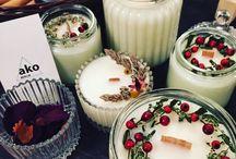 OUR HANDMADE PRODUCTS / Wir stellen unsere eigenen Kerzen her - die wir je nach Jahreszeit oder Anlass liebevoll dekorieren.  Für alle Interessierten bieten wir regelmässig Workshops an. Alle Infos dazu, sind auf Facebook oder auf der Website zu finden.   Wir freuen uns auf deinen Besuch!   Bis bald - Dein ako Berlin Team