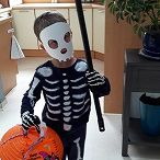 Déguisements enfants faciles / Quelques idées pour créer un déguisement facile à réaliser avec peu de matériel et à moindre coût Costume de super héros et squelette pour Halloween