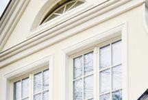 Nasze realizacje - Dom jednorodzinny w Nadarzynie / Jednorodzinny dom w Nadarzynie to idealny przykład tradycyjnej architektury. Klasyczna biel świetnie pasuje do otaczającej natury. Wykończenie domu o wysokim standardzie, okna drewniane o wysokich parametrach termoizolacyjności z ozdobnymi elementami. Granitowe schody. Realizacja posiada własny garaż, a teren wokół domu zatacza piękna architektura ogrodowa. Czy to miejsce idealne? :) http://www.sokolka.com.pl/