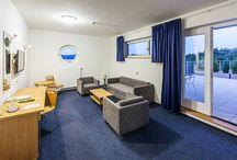 Ubytování v hotelu Port / Čeká Vás nejpohodlnější ubytování v lokalitě Máchovo jezero se spoustou dalších služeb a možností vyžití. Moderní pokoje jsou vybavené dle aktuálních trendů pro nejvyšší pohodlí každého z Vás. Většina pokojů má balkón nebo terasu a romantický výhled na Máchovo jezero. Pro nejnáročnější jsou připravena 2 apartmá a 1 junior suite s velkou terasou a jedinečným výhledem na Máchovo jezero (exclusivní ubytování Máchovo jezero). Pohyb po hotelu Vám usnadní 2 moderní osobní výtahy.