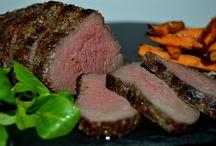 Dansk bison fra de jyske naturarealer / Bisonoksen lever ude på markerne hele året rundt og æder alt det grønne græs. Bisonkød er særdeles sundt da dyrene er sunde, og er opdrættet uden medicin og andre tilsætningsstoffer til fodret.  Bisonkød er meget velsmagende og mørt. Kødet er opbygget af meget korte fibre, som gør det meget mørt og derfor også har en kortere stegetid.  Et lavt fedt- og kolesterolindhold er også årsagen til at bisonkød anbefales til folk som har problemer med hjerte, kolesterol og diabetes.