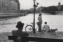 Parigi anni '70 / Dal fuoriclasse Pelè ai piedi della Tour Eiffel ai mitici Pink Floyd che giocano a calcio. Ecco le più belle foto scattate a Parigi dal 1970 al 1979.
