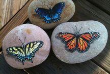 Рисунок на камне бабочки