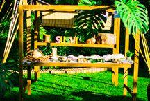 Puestos de Buffet / Vacare te ofrece diferentes estructuras de madera de pino, trabajada artesanalmente, lacada con tinte natural nogal, con un montaje fácil y rápido. Para presentar tus buffet con un toque definitivo.  Con dos mesas y diferentes juegos de toldos, podrás dar forma a cualquier tipo de espacio. Pregúntamos, te asesoramos. Es el soporte perfecto en cualquier celebración.