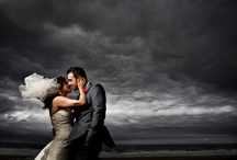 Wedding pictures in bad weather / When the weather lets you down on your wedding day it doesn't mean the pictures are ruined. Au contraire, wedding pictures in bad weather can be amazing! Just look at these examples.