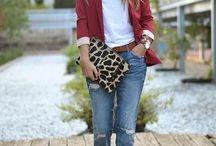 chaqueta roja y bolso leopardo