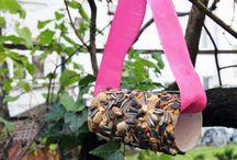 DIY Vogelfutter-Rolle basteln / #DIY Vogelfutter-Rolle basteln: Wenn das natürliche Futter knapp wird, freuen sich heimische Vögel über menschengemachte Futterstellen. Und wir freuen uns über gefiederten Besuch im eigenen Garten oder auf dem Balkon. Futterrollen sind eine einfache, schnell hergestellte und günstige Alternative zu Futterhäuschen und Co. / by Immonet