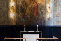 CAPELLA JOHANNEA PÅ MAJORSTUEN / I tårnfoten av Majorstuen kirke ligger Capella Johannea som i 1932 ble utsmykket av Per Vigeland med fresker som illustrerer Johannes' åpenbaring. Menigheten ønsket et nytt alter til kapellet, og Nyfelt og Strand interiørarkitekter fikk oppdraget med å utforme møbelet som skulle passe inn i dette rommet gjennom sin form, sin materialbruk og funksjonalitet – en oppgave som innebar ærefrykt.