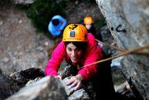 Escalada / La escalada es una especialidad de montaña que consiste en ascender por paredes verticales, agarrándose a las protuberancias de la superficie, ya sean salientes, cantos, entrantes o fisuras, y utilizando diferentes técnicas de agarre, empotramiento, etc. Desde lo menos hasta lo más vertical de la roca y sujetos a la cuerda, junto a otras medidas de seguridad, que nos sirven para evitar caídas, treparemos hasta lo más alto. Lo pasaremos bien, y repetirás más de una vez!