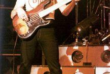 John Deacon met zijn fretless Fender Precision uit 1975