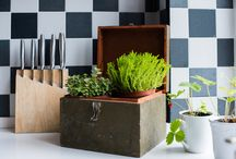 DIY / Creatief met keuken objecten! Een lamp gemaakt van een rasp? Of een stoomboot als pannendeksel? Welja! Je ziet het terug in het DIY board.