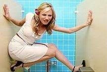 A volte è meglio riderci su... / La vita di una donna costretta a usare le toilette pubbliche è proprio grama... E allora ci son solo due soluzioni: prenderla con un po' di ironia o utilizzare Alia!
