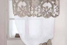 TEXTILEK:-függönyök, terítők, párnák,takarók ,csipkék stb..