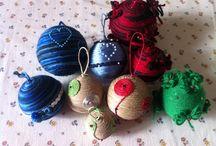 Palle di Natale / Palline di Natale con anima di polistirolo ricoperte con lana ,spago e materiali da riciclo .